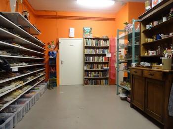 schoenen, kleine huishoudelijke artikelen en boeken Stichting Armslag Stadskanaal